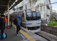 JR戸塚駅の横須賀線のホーム。男性はこのあたりで転落した=12日、大前仁撮影
