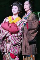 共に、新しい道を歩もうとする佐平次(右)とおそめ。主題歌では「旅立ち」や「新しい人生」を歌い、サヨナラ公演にふさわしい演目