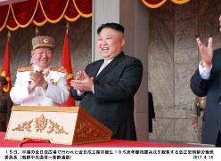 金日成主席の生誕105周年慶祝閲兵式を観覧する金正恩・朝鮮労働党委員長=北朝鮮・平壌市の金日成広場で2017年4月15日(朝鮮中央通信=朝鮮通信)