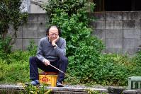 インタビュー後もふらり。釣り堀を見つけ、「たまに糸を垂らしてみるのもいいね」=東京都杉並区で、内藤絵美撮影