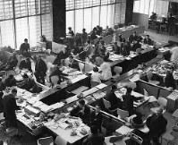 活気に溢れる1965年の東京・呉服橋の大和証券本店(当時)。その後、営業の厳しさも増していく=同社提供