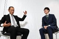 AIについて語り合う山中伸弥・京都大iPS細胞研究所所長(左)と井山裕太本因坊=京都市左京区で25日、小松雄介撮影
