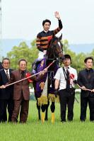 2016年の天皇賞・春を制したキタサンブラックと北島三郎さん(左から2番目)=JRA提供