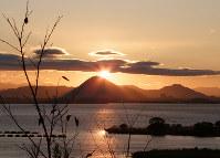 対岸の大津市から琵琶湖ごしに望む三上山=八田正文さん提供