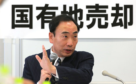 Yasunori Kagoike, former president of school operator Moritomo Gakuen, speaks at a Democratic Party (DP) hearing about government-owned land that was sold to Moritomo Gakuen at a massive discount, at the House of Representatives Members' Office Building in Tokyo's Chiyoda Ward, on April 28, 2017. (Mainichi)