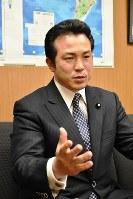 自民党の宇都隆史・参院外交防衛委員長=2017年4月18日、木下訓明撮影