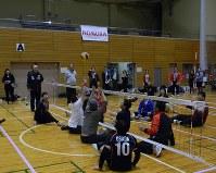 野村グループの役員が参加してシッティングバレーボールの体験会が行われた=東京都千代田区で3月27日、遠山和彦撮影