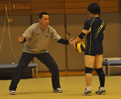 選手に熱心に指導する酒井監督(左)