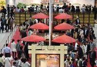 多くの客でにぎわう菓子博=三重県伊勢市で