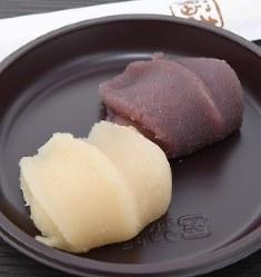 菓子博限定の白あんの赤福餅(手前)が人気の「赤福餅 祝盆」