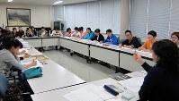 うま商工協同組合の事務所で開かれる日本語教室に参加する実習生ら=愛媛県四国中央市で2013年、同組合提供