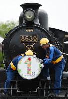 オープン1周年を記念したヘッドマークが付けられた蒸気機関車=京都市下京区の京都鉄道博物館で2017年4月29日、久保玲撮影