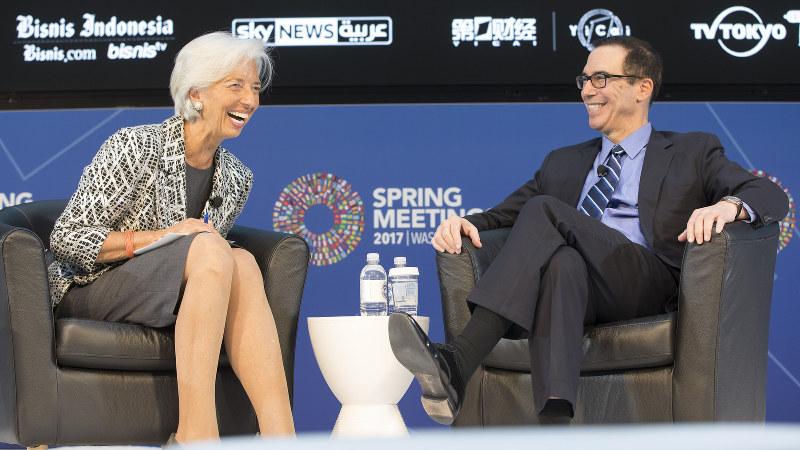 和やかな雰囲気のなか対談するムニューシン米財務長官(右)と国際通貨基金(IMF)のラガルド専務理事=米ワシントンで2017年4月22日、IMF提供