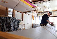 上仲正茂さんの自宅の工房では、支柱を立てて生地を張り渡す=京都市北区の「染工房 正茂」で、小松雄介撮影