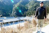 「イブファーム」の畜舎は山あいにある。同社常務の坂本憲治さんは付きっきりでイノブタの飼育にあたる=和歌山県すさみ町で、桜井由紀治撮影