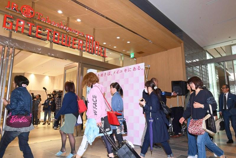 タカシマヤゲートタワーモールが開店し、店内に入る買い物客たち=2017年4月17日、木葉健二撮影
