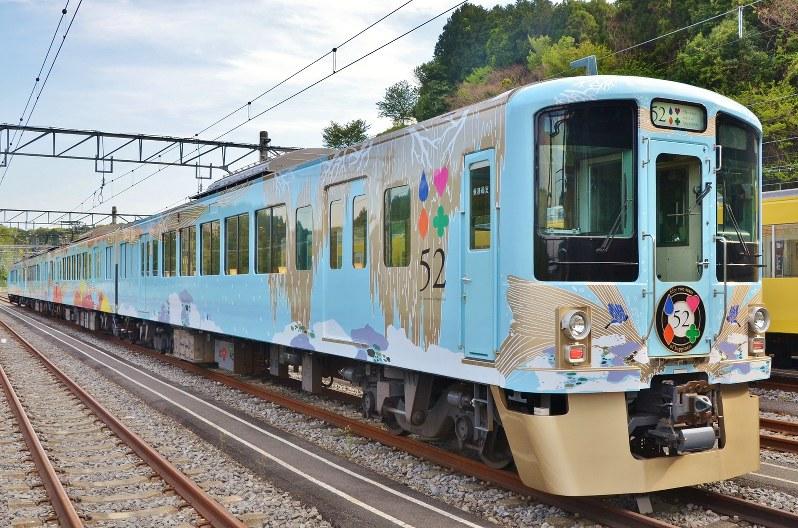 西武鉄道が運行するレストラン列車「52席の至福」=2017年4月25日、田中学撮影