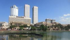 コロニアル調の建物と超高層ビルが建つコロンボ・フォート地区(写真は筆者撮影)