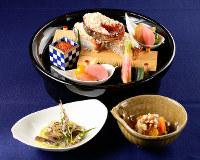 きょうのお題「近江八景」をイメージした創作料理。(奥から時計回りに)鱒の膳所焼き、八景あえ、鮎の空揚げ蓼みそ敷き=菅知美撮影