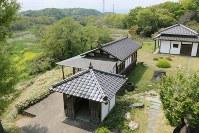 丸木美術館本館2階からの眺望。手前の建物は、被爆した丸木家の古材を広島市三滝町から運んで建てた観音堂。観音像も広島で安置されていたもの