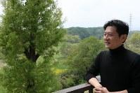 丸木美術館の学芸員、岡村幸宣さん。「(丸木夫妻にとって)自然の中で、地面に根を下ろすようにして生きる、ということが、すごく大事だったんだと思う。戦災や混乱を描いた二人の絵はすごく厳しいのだけれど、根底の哲学みたいなものは、この土地に立ってはじめて分かる、という気がする」