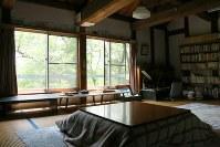 本館2階の「小高(おだか)文庫」は、かつて丸木夫妻のアトリエだった休憩室兼図書室。自然光の中、ゆったり過ごすことができる