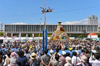 平和大通りの特設トラックで棒高跳びを実演する選手=広島市中区で、山田尚弘撮影