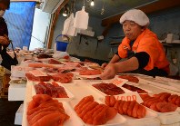 マグロやタラコなど新鮮な魚介類を店頭に並べる遠藤徳洋さん