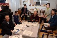 栃木の事故について話し合う西牧さん(右端)ら28年前の雪崩事故の裁判を支援したメンバーら=長野県松本市で