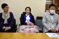 「病気への理解を深めてほしい」と話す塚本明里さん(中央)と支援者=岐阜市役所で