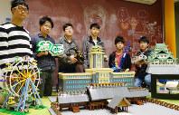 代表の近藤さん(右から3番目)ら名古屋大レゴ部メンバーと数々の作品