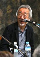 小室等さんは「この絵を見た時に、壮絶であるにも関わらず、その中の『美』に気がつく子どもが少なからずいると思う。その美しさを発見できるのが、人間の素晴らしさ」と語った=埼玉県東松山市の「原爆の図丸木美術館」で2017年5月5日、岡本同世撮影
