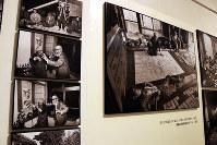 開館記念日に来館した地元・埼玉県立松山高校の新聞部員3人に「何を伝えたいか」を尋ねてみた。伊勢崎太一郎さん(1年)は「『原爆の図』の制作過程について。写真展で丸木夫妻の素顔を見て、怖い人たちではなかったんだと知ることができた」。高橋永次さん(同)は「火に囲まれたり、逃げたり…授業で習う知識以外のこと、本当のつらさを伝えたい」。堀野祐人さん(同)は「戦争を経験した人が少なくなっている中、作品を保存することの重要性などを訴えたい」。写真は、本橋成一写真展の一部=2017年5月5日、岡本同世
