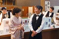 談笑する曽根勝一道さん(手前右)と着物姿の妻重美さん。カウンターの中には下薗誠さん(右端)=京都市左京区の国立京都国際会館で、小松雄介撮影