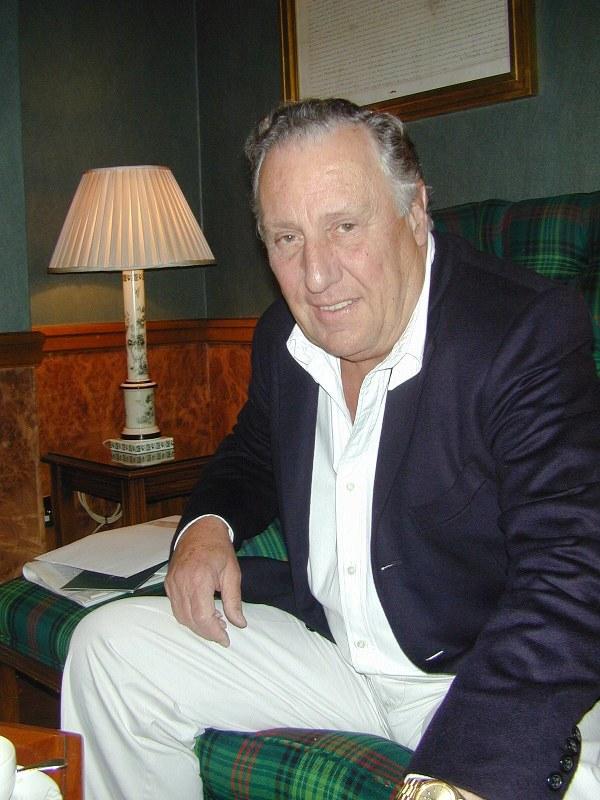 作家のフレデリック・フォーサイス氏=ロンドン市内で2002年、笠原敏彦撮影