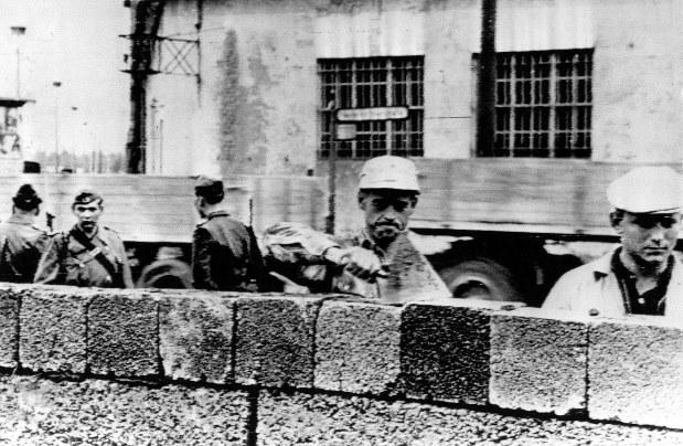 東ドイツ警察の監視の下、壁を作る東ベルリン市民=1961年8月18日(UPI)