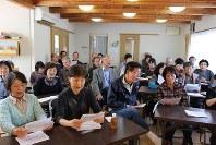曲集を手に合唱をする住民たち=豊田市の青木台ふれあい会館で
