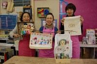 思い出を活用したアート作品を披露するDIY女子部の左から吉田友子さん、佐藤信子さん、山崎真希さん=東京都練馬区の工房で、山崎明子撮影