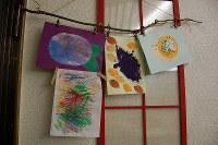 木の枝と洗濯ばさみで作った画用紙ハンガー=東京都練馬区の工房で、山崎明子撮影