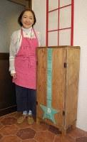 子どもの工作を戸板に張り付けたげた箱を見せる吉田友子さん=東京都練馬区の工房で、山崎明子撮影