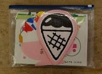 絵画作品を保存するのに便利なジッパー付きビニール袋=東京都練馬区の工房で、山崎明子撮影