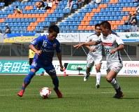 後半、ゴール前でボールをキープし、シュートを放つV長崎MF吉岡雅和選手(左)