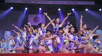 志願者数日本一の近大入学式で披露されたパフォーマンス。派手な演出で知られている=大阪府東大阪市で2017年4月1日