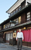 石州街道に面した「恋しき」の母屋と朝野尚作部長=広島県府中市府中町で、松井勇人撮影