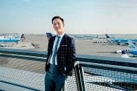 スキポール空港展望デッキにて、KLMオランダ航空の航空機をバックに