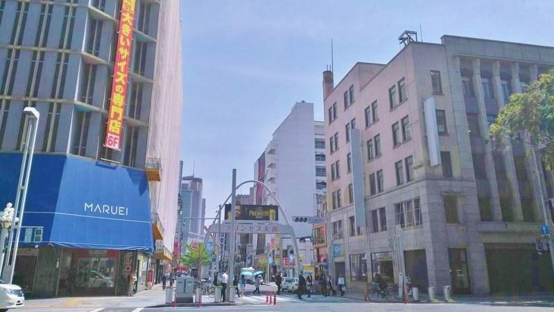 名古屋・栄の中心の通称「プリンセス大通り」も集客力の低下に苦しむ=中村智彦撮影