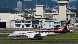 試験飛行を終えて着陸し、格納庫へ向かうMRJ=2016年9月9日、大竹禎之撮影