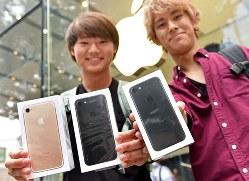 販売店でiPhone7を購入した大学生=東京都渋谷区で