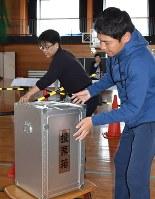 市長選と市議選の「ダブル選」に向けて設営される投票所。選挙が集中すると、経費の削減につながるとされる=富山市で4月15日、青山郁子撮影