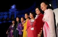 世界女性サミット2017東京大会のウエルカムディナーに参加する各国の女性たち=東京都港区の迎賓館で2017年5月11日午後8時19分、後藤由耶撮影